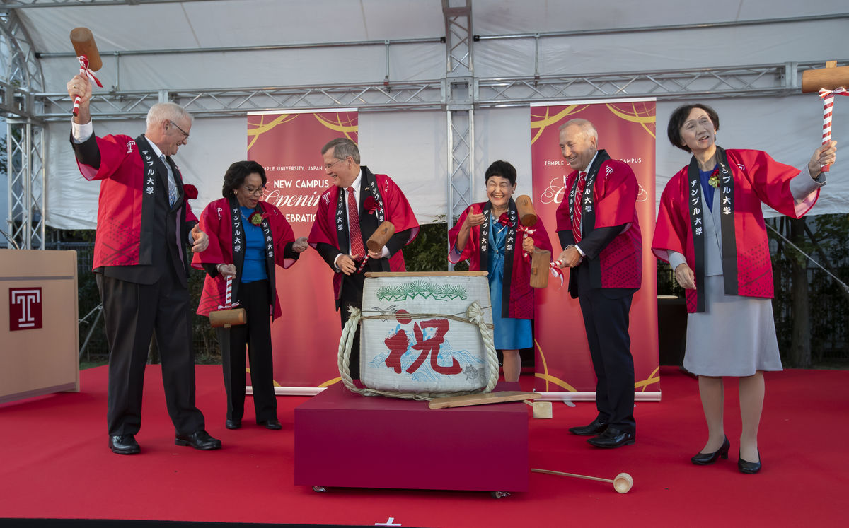 Temple University and Show Women's University leadership break open a sake barrel together to mark the grand opening of TUJ's new campus in Setagaya City, Tokyo.