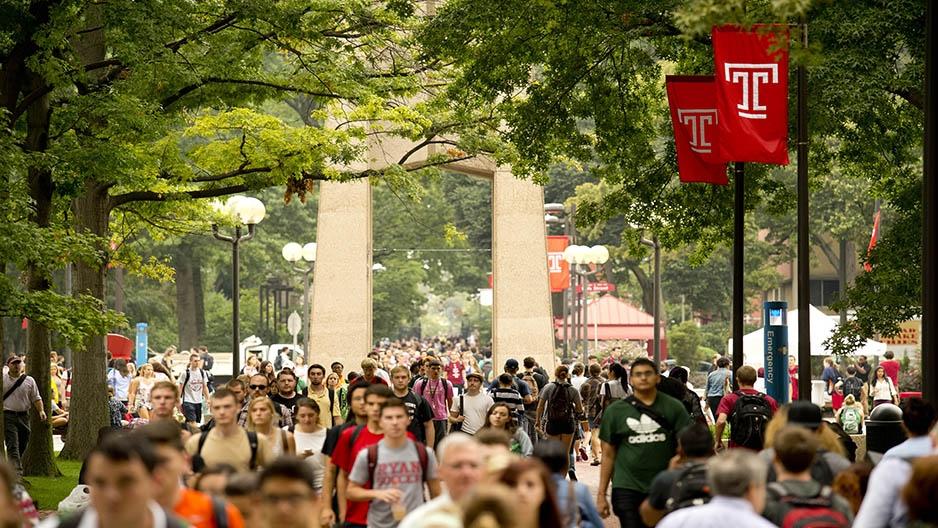 Students walking through Main Campus.
