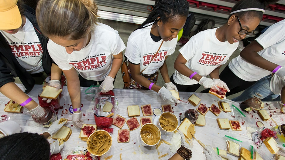 Temple students making peanut butter and jelly sandwiches