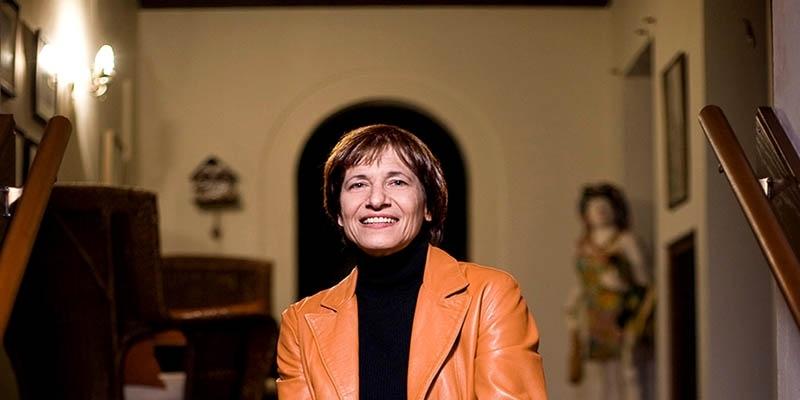 Kathy Hirsh-Pasek sitting down and smiling.