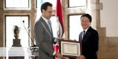 Tom C.W. Lin accepts a Lindback Award from Law School Dean Greg Mandel